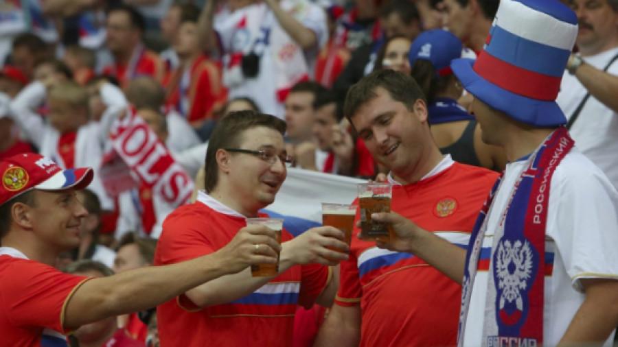 Болельщики пьют пиво на стадионе